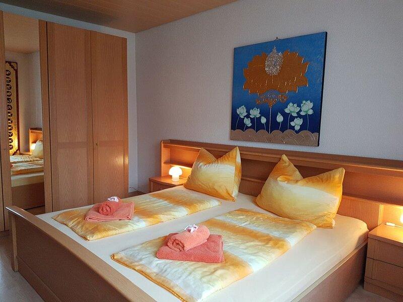 Doppelzimmer mit Gartenblick mit Dusche/WC, casa vacanza a Aitrach