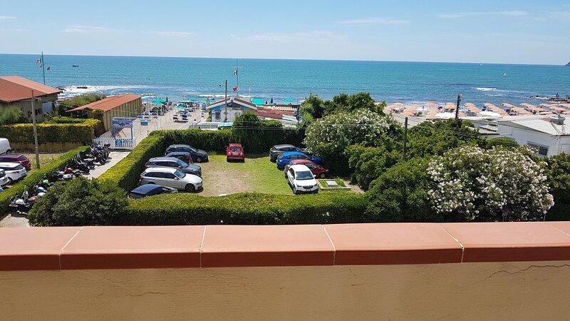 Wunderschöne 4-Zimmer-Wohnung in Marinella di Sarzana mit Meerblick, WLAN und Ba, holiday rental in Sarzana