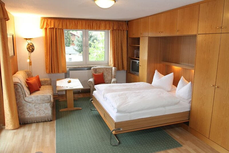 Gemütliches 1-Zimmer-Appartement mit Bergblick, holiday rental in Klatovy