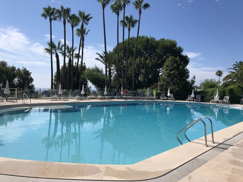 Cannes Californie - Superbe T2 luxueuse résidence, piscines, tennis, vue mer, holiday rental in Vallauris