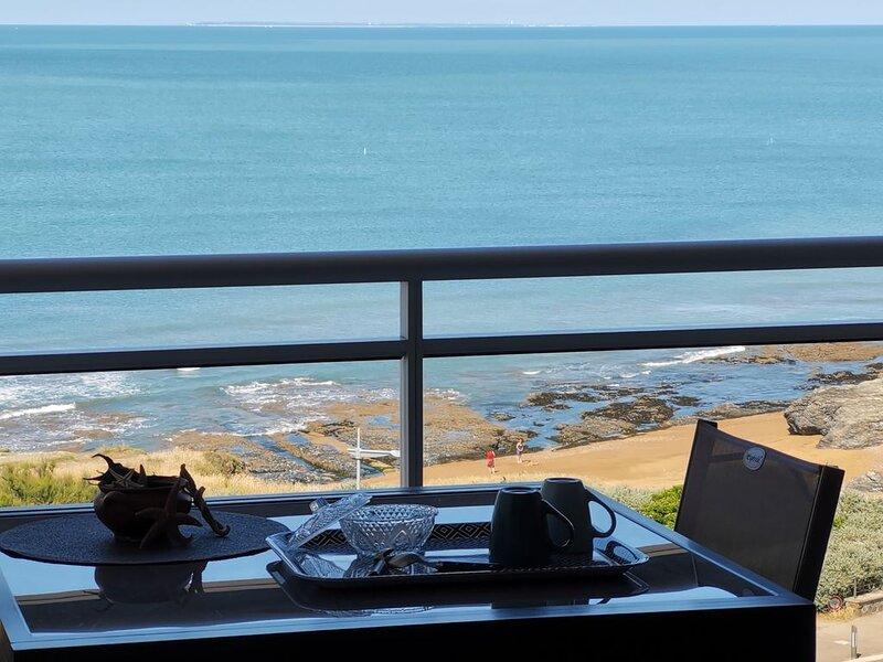 Magnifique appartement en front de mer sur la corniche de Sion l'Océan WIFI, holiday rental in Saint-Hilaire-de-Riez