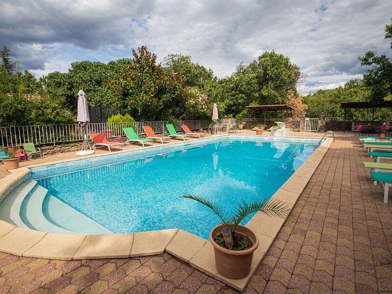 Grand domaine avec piscine jusqu'à 31 personnes dans 5 gites indépendants, location de vacances à Malarce-sur-la-Thines