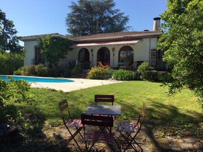 VILLA DE CHARME AU PIED DES PYRENEES, holiday rental in Idron
