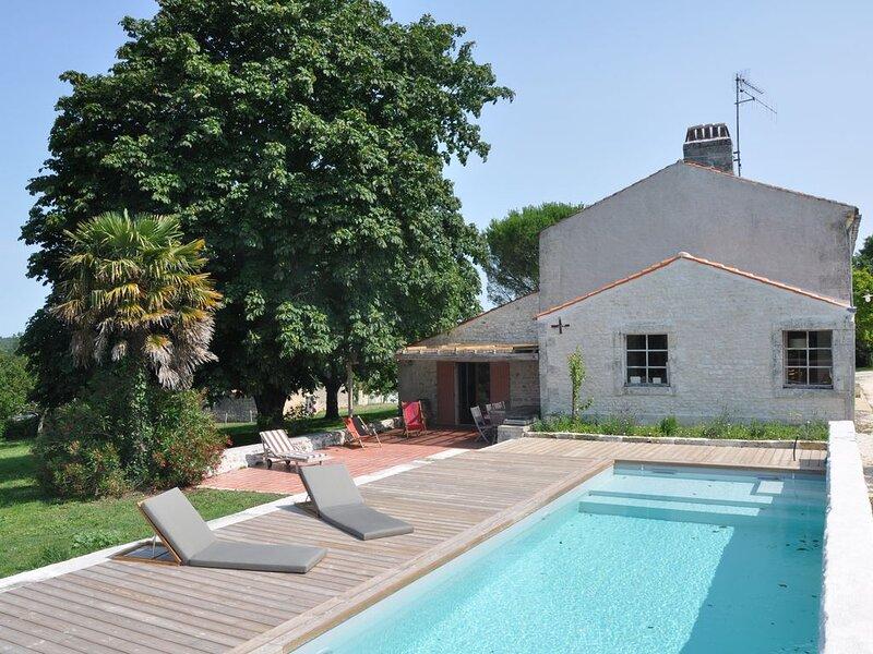 Maison de famille en Saintonge, 270m2, piscine chauffée 28° , 5 Ch et 1 ST, vacation rental in Beurlay
