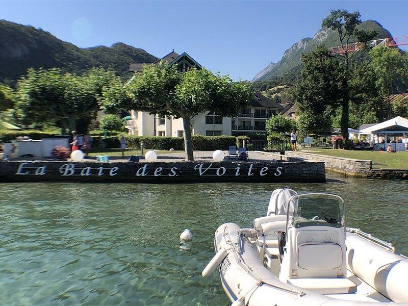Logement atypique avec vue panoramique du lac d'Annecy, plage et ponton privée, holiday rental in Duingt