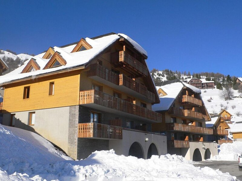 Wifi, vue montagne, balcon, cheminée ou poêle à bois, parking, télévision, casie, holiday rental in Uvernet-Fours