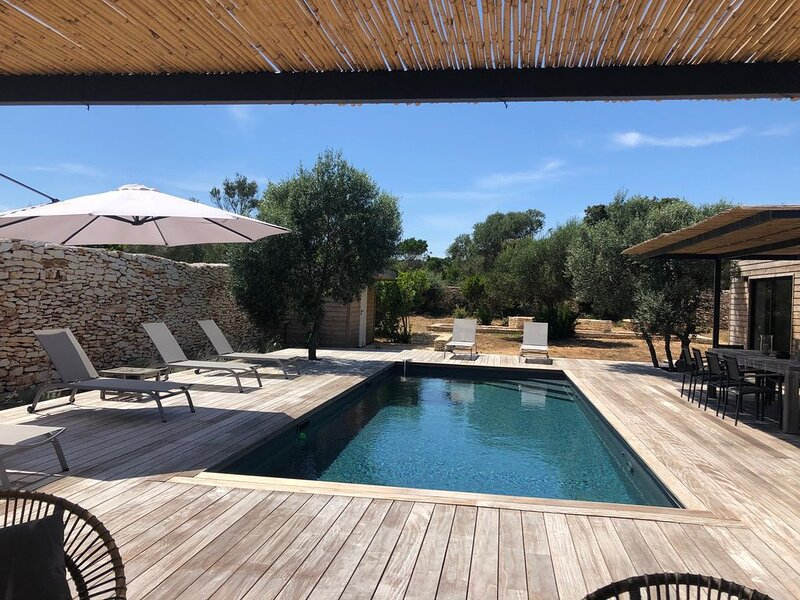 Ville de charme neuve avec piscine dans le maquis Bonifacien, holiday rental in Bonifacio