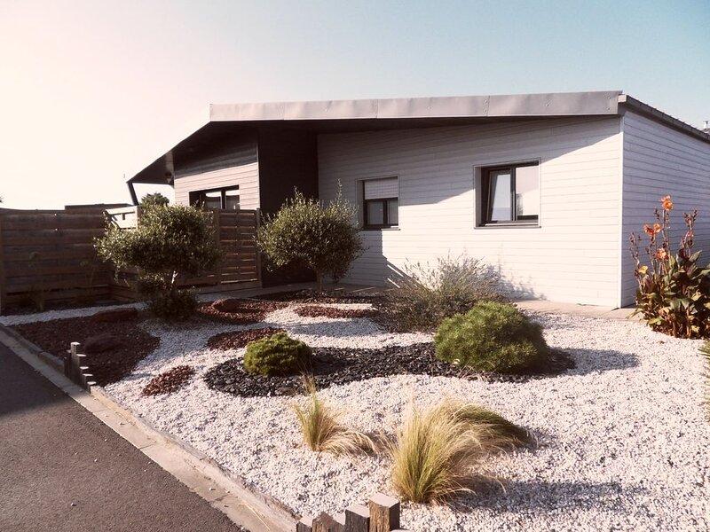 Maison très récente plein pied à 150m de la mer, lumineuse, grand confort., location de vacances à Santec
