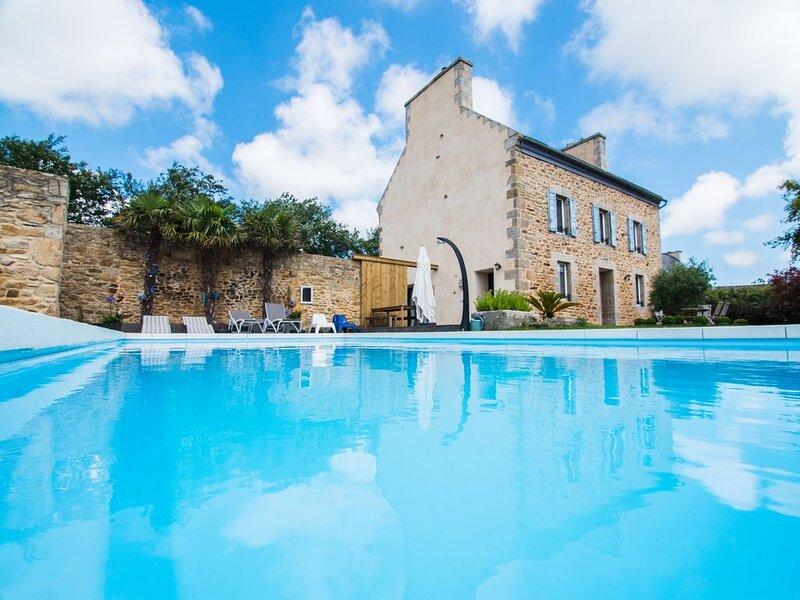 Villa aline . Une grande villa authentique et moderne avec piscine chauffée., holiday rental in Lesneven