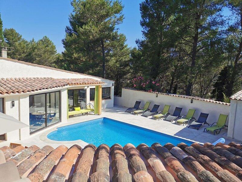 Villa*** en Provence 6 chambres avec Piscine  chauffée* entre Aix et Cassis, vacation rental in La Destrousse