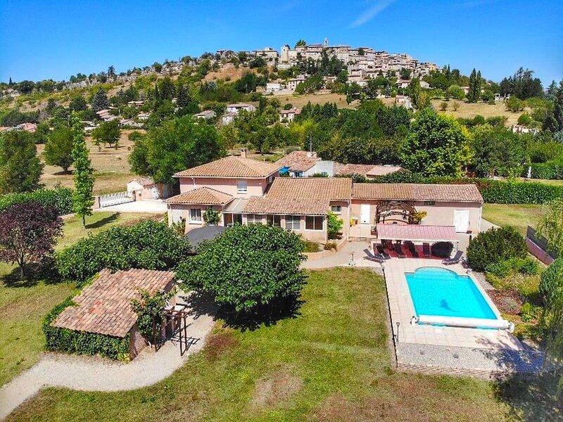 Maison grand confort avec piscine chauffée pour 12 personnes, holiday rental in Mane