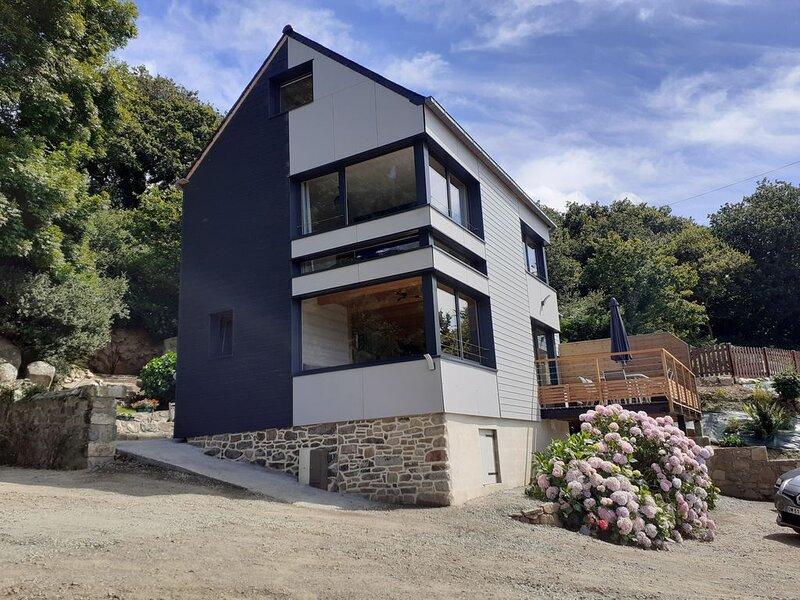 bord de mer - maison d'architecte - gîte pour 6 personnes, holiday rental in Plouguiel