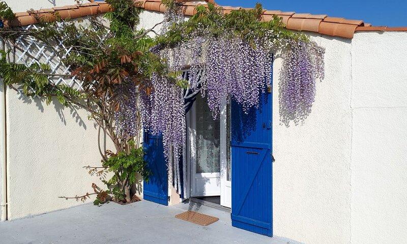 Jolie maison ensoleillée , pleine de charme, bien située , bord de  mer., aluguéis de temporada em Saint-Denis-du-Payre