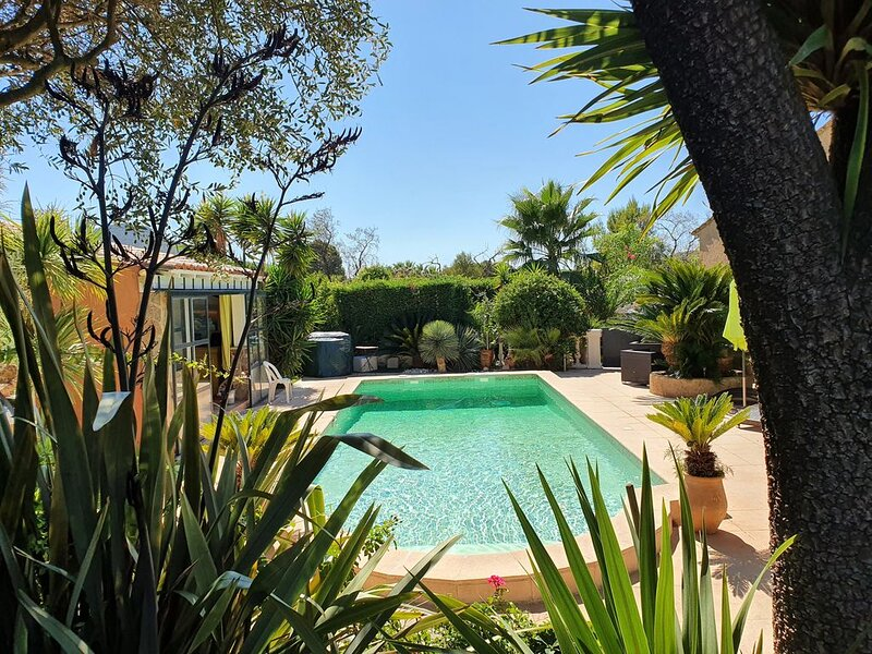 Provencal farmhouse with pool, pool house, close to the sea and shop, holiday rental in Carqueiranne