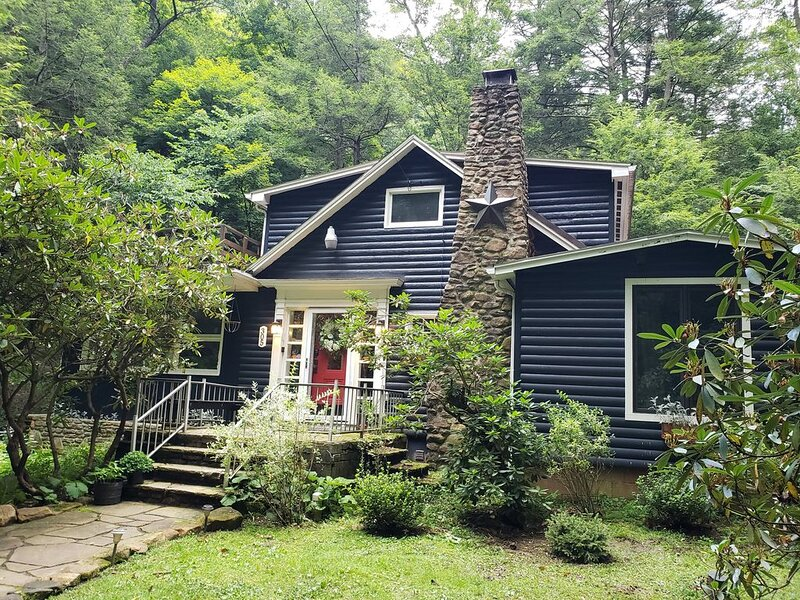 Serene Mountain Cottage on banks of McCullen Run Stream, location de vacances à Laughlintown
