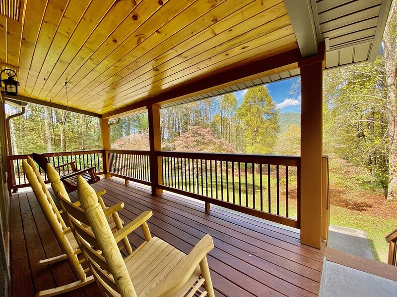 22 Acre paradise walking distance from Cades Cove and the National Park!, aluguéis de temporada em Townsend
