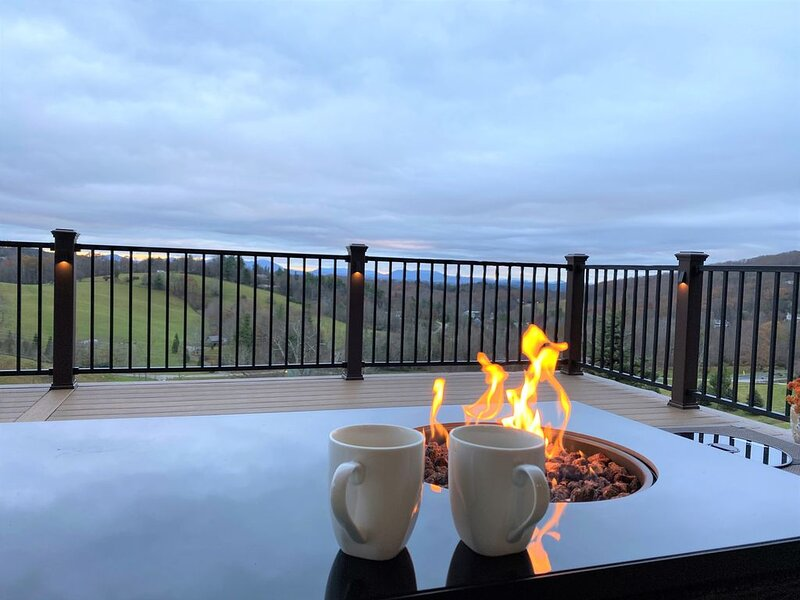 Beautiful 5 bedroom mountain house with long range mountain views., holiday rental in Boone