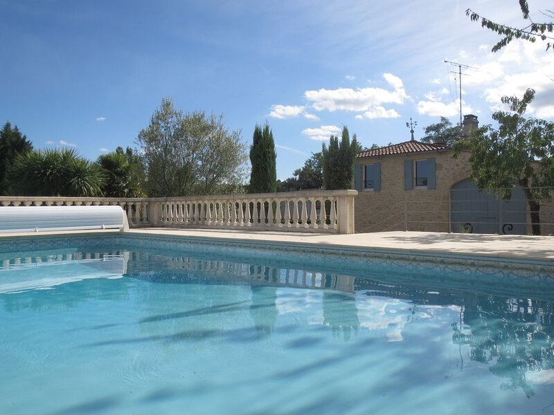Maison de campagne spacieuse avec piscine, alquiler vacacional en Saint-Ferme