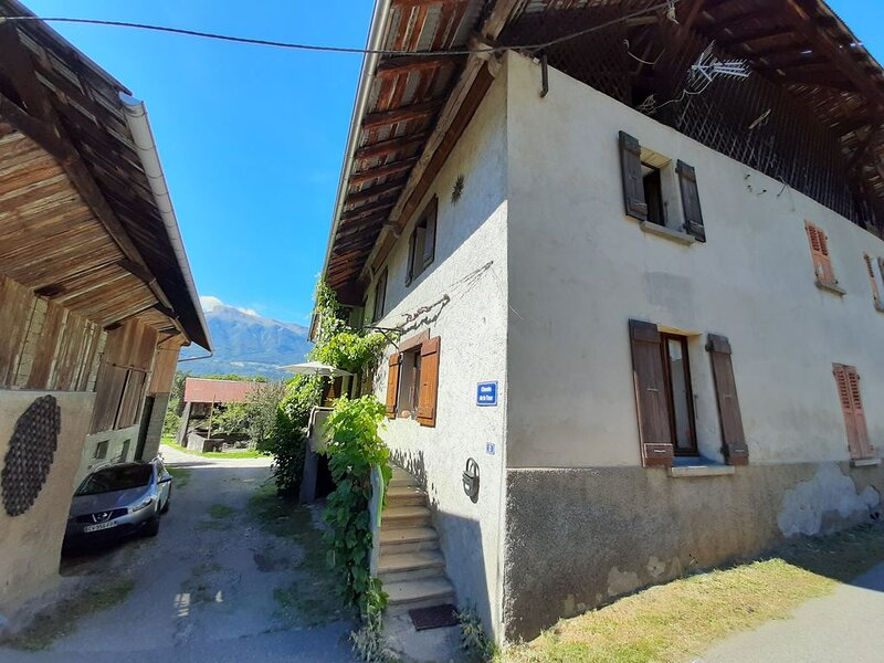 Maison de village pour 4 personnes, situation idéale pour visiter la Savoie., holiday rental in Montailleur