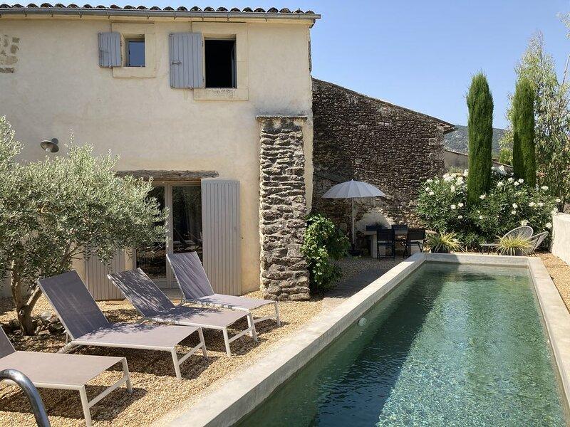 Charmante maison de hameau  du 18ème avec Piscine au pied du Luberon, location de vacances à Oppède