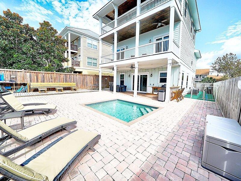 Gulf view, pet friendly 6 bed/6 bath house w/pool & <2 min walk to beach!, aluguéis de temporada em Sunnyside