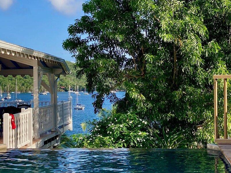 Vue Panoramique baie, Les pieds dans l'eau, Ponton privé, Villa coloniale luxe, aluguéis de temporada em Les Anses d'Arlet