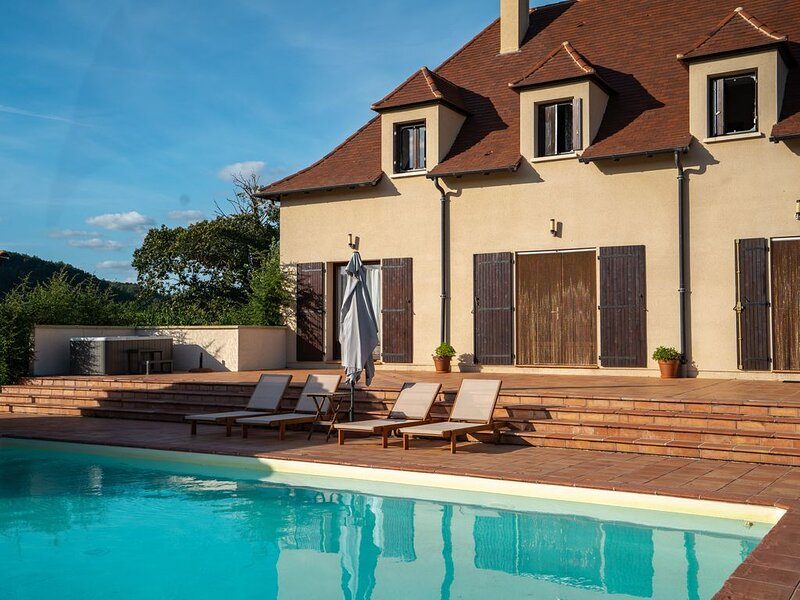 Superbe villa avec piscine privée au bord de la Dordogne, casa vacanza a Sainte-Alvere