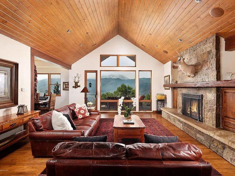 Sunrise Mountaintop Luxury Getaway W/ Hot Tub, location de vacances à Carbondale