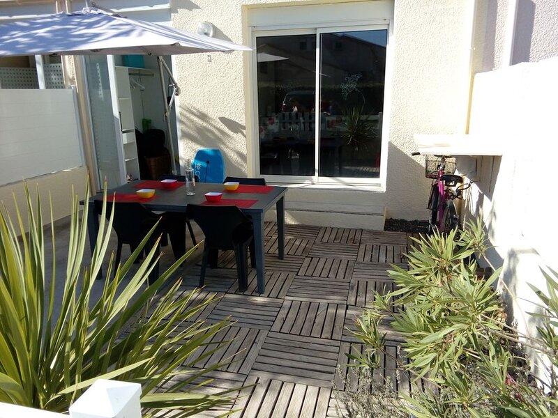 Maison duplex, terrasse, 2 chambres sép. avec portes ind., 800m plage et commerc, holiday rental in La Tamarissiere