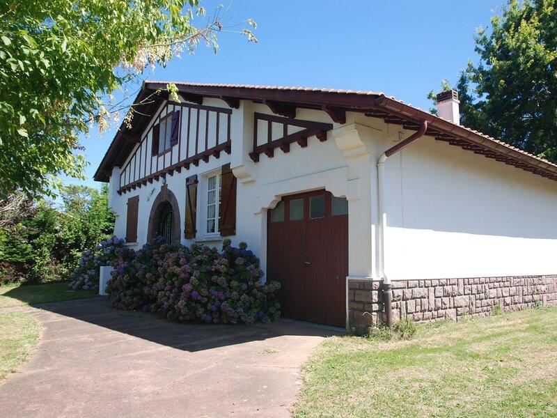 Maison Basque familiale, jusqu'à dix personnes, holiday rental in Villefranque
