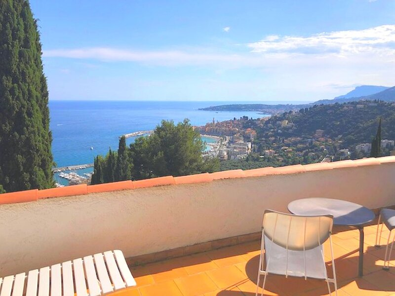 SUPERBE VILLA POUR 6 PERS, SITUATION PARADISIAQUE VUE PANORAMIQUE, holiday rental in Castillon