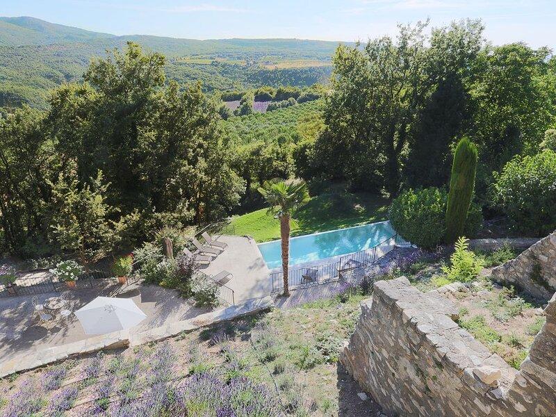 Mas de 20 personnes avec vue panoramique et piscine chaufée au coeur du Luberon, holiday rental in Castellet