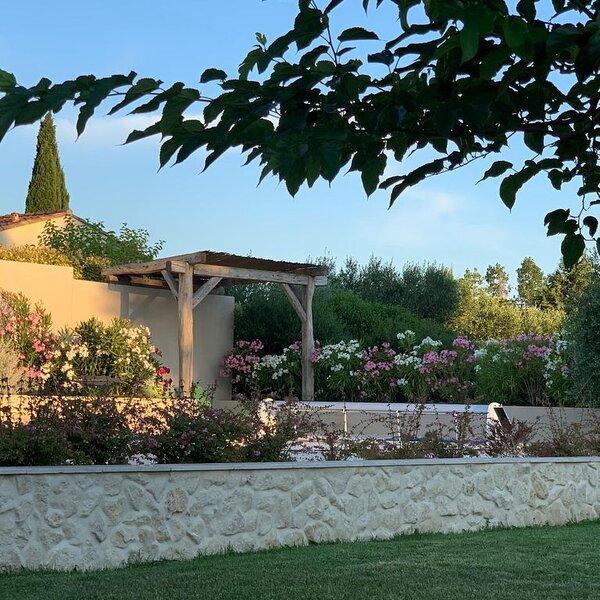 Belle villa récente avec jardin et piscine entre vignes et garrigue, alquiler vacacional en Collias