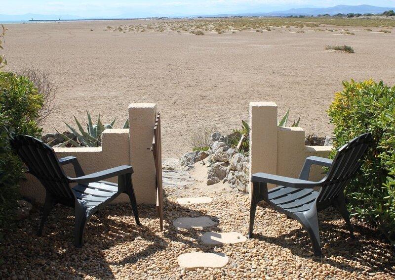 Vue mer et montagne appartement 4 personnes sur la plage à Gruissan les Ayguades, holiday rental in Gruissan