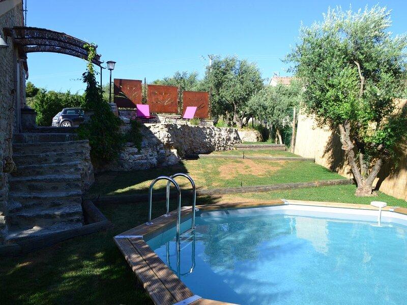 Joli petit mazet provençal avec piscine privée, holiday rental in Lagnes