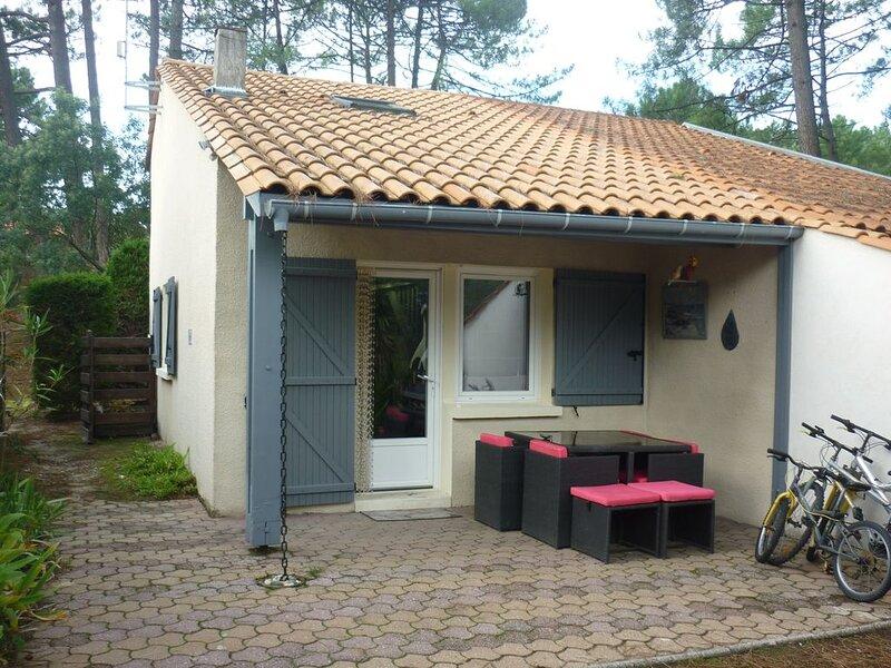 Très agréable Maison deux pièces avec jardin clôturé au calme dans pinède, holiday rental in Lacanau