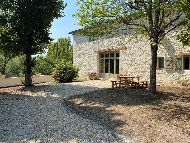 Le Tamaris - Ancienne grange avec piscine privé, location de vacances à Parcoul