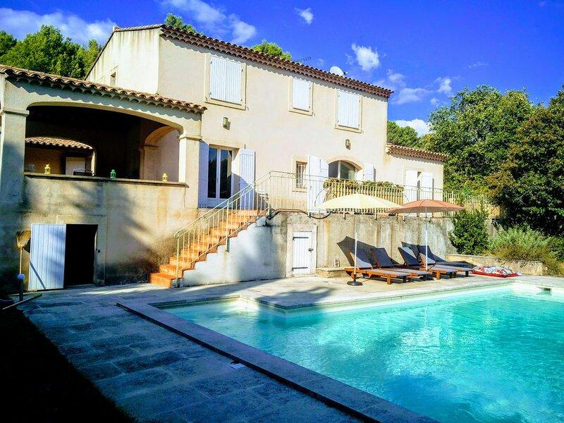 villa en provence/ proche luberon au calme,  4 ch avec piscine privée & jardin, holiday rental in Rognes