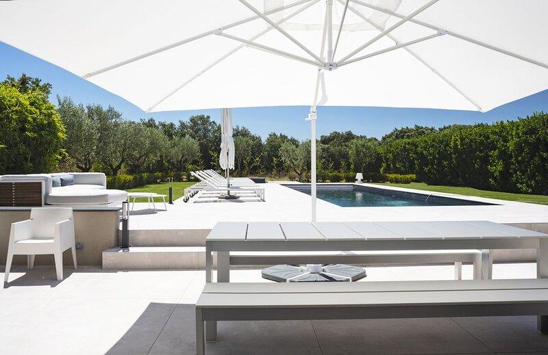 LUXUEUX MAS SUPER EQUIPE - CALME ET DESIGN -   PISCINE  / TENNIS, holiday rental in Mazan