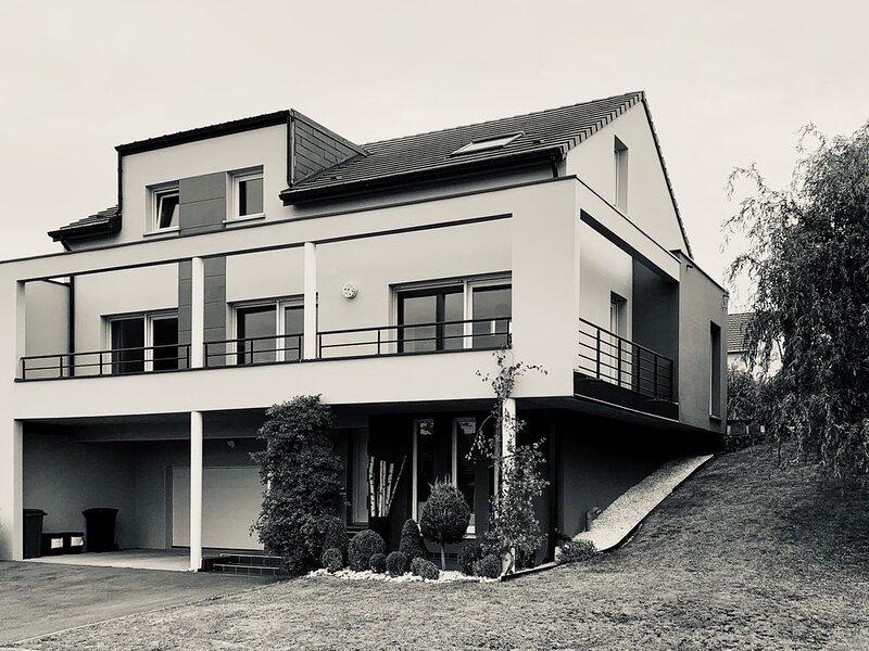 Magnifique villa contemporaine 200m2, 15km de Metz et Amnéville, 40km du lux, holiday rental in Kedange-sur-Canner