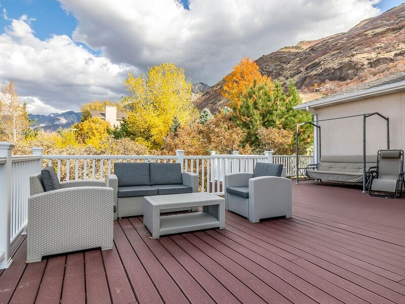 Huge deck with panoramic views of the city and mountains
