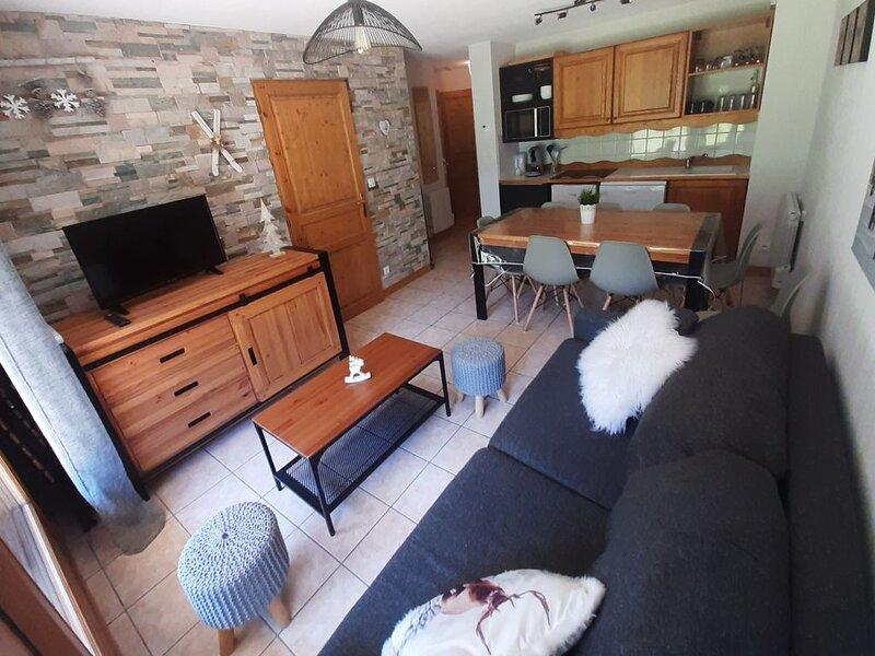 appart cosy 6-8 pers, calme, retour ski aux pieds, proche lac de la buissonnière, holiday rental in Mizoen