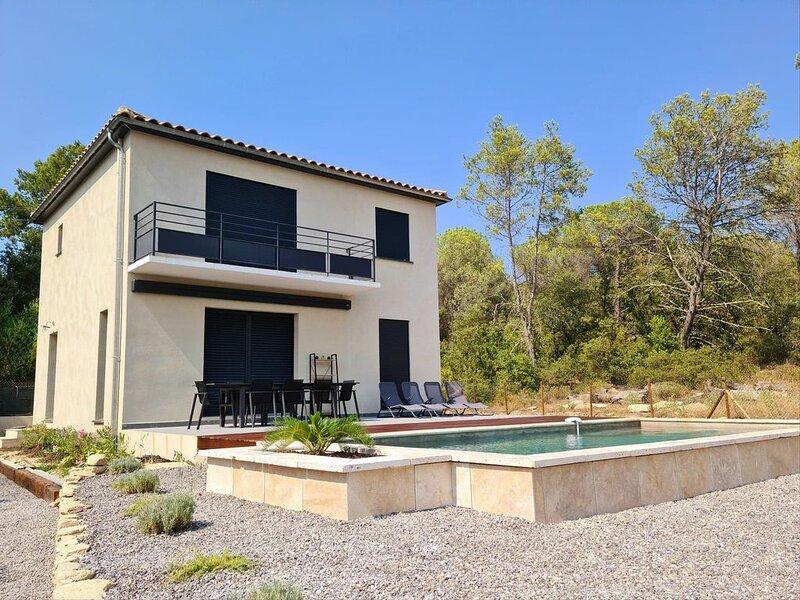 Villa neuve avec grande terrasse, piscine, jardin et boulodrome. Parking couvert, holiday rental in Serviers-et-Labaume