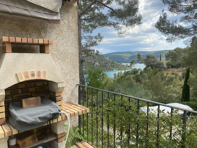 Le Garriga de Hugo , appartement T2 avec sa grande terrasse solarium., location de vacances à Valensole