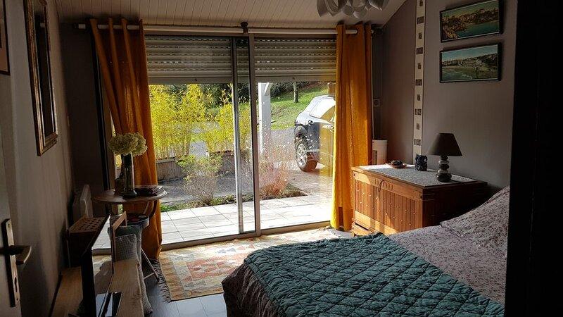 ROOM WITH ENTRANCE AND BATHROOM INDEPENDENT, location de vacances à Cubzac-Les-Ponts