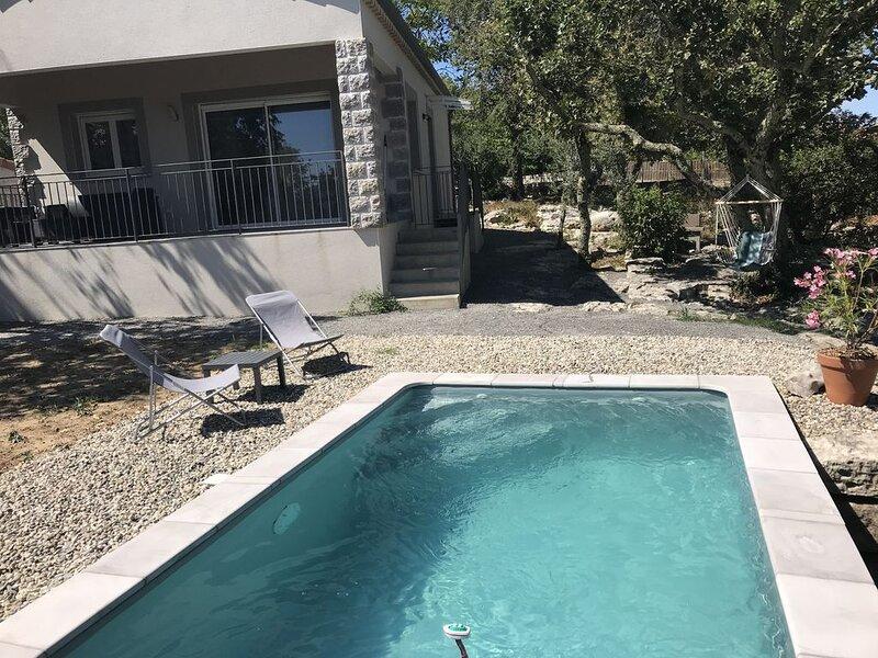 Gîte avec piscine privée, belle terrasse dans terrain clos, tout confort, location de vacances à Chauzon