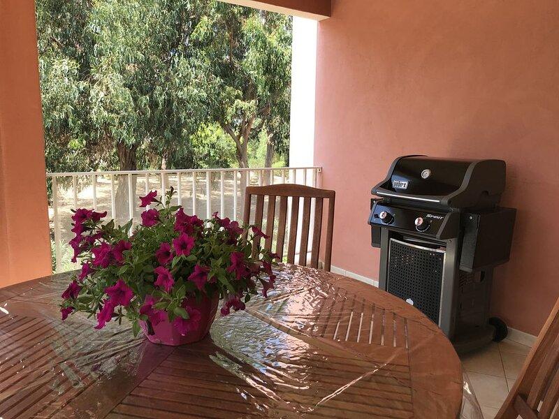 T3 4P terrasse garage clim wifi plage et commerces à 2 mn, vakantiewoning in Calvi