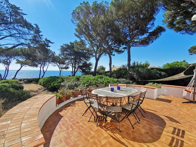 Villa au bord de l'eau, grand jardin ombragé, terrasses, vue magnifique, holiday rental in Fréjus