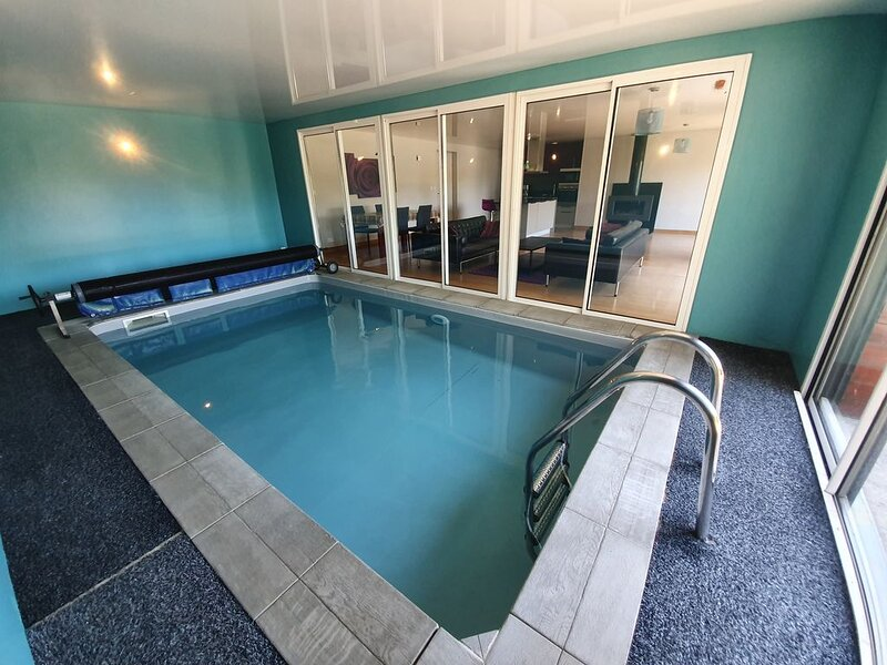 Villa avec piscine intérieure, vacation rental in Bourbriac