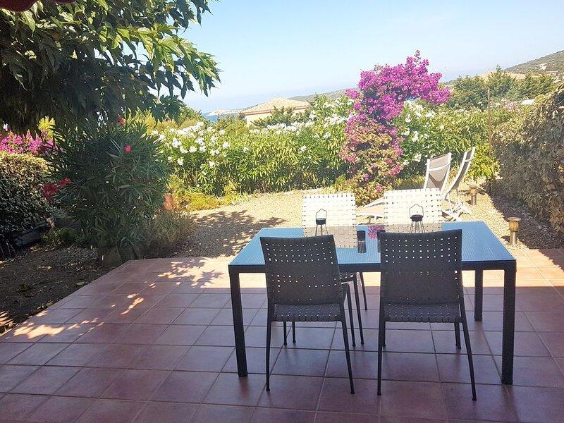 Mini VILLA climatisée - JARDIN  avec vue sur la mer, plage 5' à pieds, location de vacances à Cargese